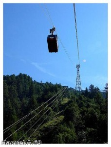 Daring stuntman scales cable car line without safety harness